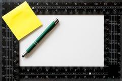 Заметьте стикер, зеленую ручку и квадрат ` s плотника Стоковое фото RF