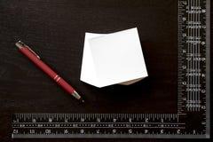 Заметьте стикер, красную ручку и квадрат ` s плотника Стоковая Фотография