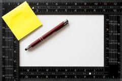 Заметьте стикер, красную ручку и квадрат ` s плотника Стоковые Изображения