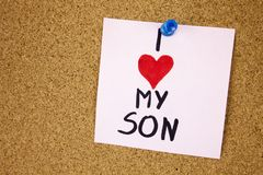 Заметьте с влюбленностью I моего сына Заметьте с влюбленностью I моих сына и красного сердца на предпосылке пробковой доски Стоковая Фотография