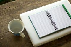 Заметьте установленный на деревянных кружках кофе зерна Стоковые Фото