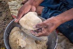 Замешивая индийский хлеб стоковая фотография