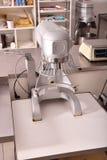Замешивая машина в кухне ресторана Стоковое Изображение