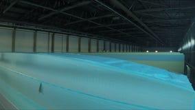 Замедленное движение крупного плана вверх вдоль голубой длинной новой части пенистого каучука акции видеоматериалы
