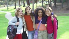 Замедленное движение маленьких девочек вися вне в парке совместно видеоматериал