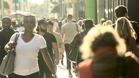 Замедленное движение оживленных улиц в центральном Манхаттане, Нью-Йорке сток-видео