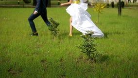 Замедленное движение побежали женихом и невеста, который один за другим сток-видео