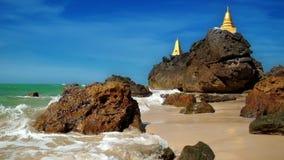 Замедленное движение развевает на тропическом песчаном пляже около изумлять буддийские пагоды Myanmar (Бирма) сток-видео