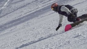 Замедленное движение сняло профессионального мужского сноуборда катания snowboarder выполняя весьма эффектные выступления на снеж сток-видео