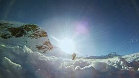 Замедленное движение лыжника катаясь на лыжах вниз на наклоне
