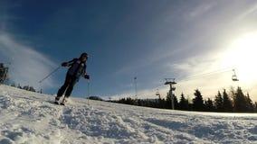 Замедленное движение лыжника катаясь на лыжах вниз с наклона