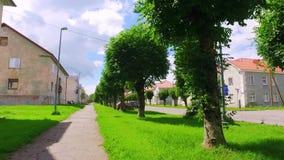 Замедленное движение Steadicam сняло узкой улицы старого городка движение медленное сток-видео