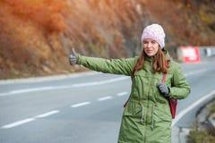 Заминк-пешее женщины туристское на дороге стоковая фотография rf