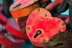 2 замка влюбленности Padlock в форме выдержанного сердца Макрос Стоковая Фотография RF