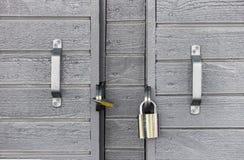 2 замка на деревянной серой двери Стоковые Фотографии RF
