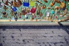 Замки влюбленности на загородке Влюбленности концепция навсегда Стоковые Фотографии RF