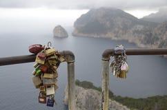 Замки влюбленности на береге бурного моря Стоковое фото RF