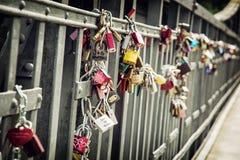 Замки влюбленности на металлической загородке Стоковое Фото
