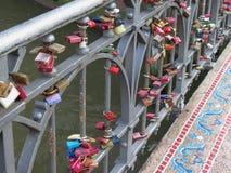 Замки влюбленности на мосте Стоковое фото RF