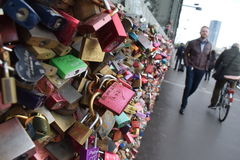 Замки влюбленности на мосте Hohenzollern в Кёльне Стоковое фото RF
