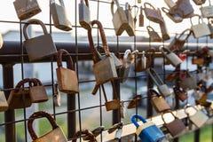 Замки любовников на загородке звена цепи Стоковая Фотография