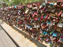 Замки любов пар на мосте стоковые фотографии rf