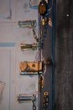 Замки на деревянной двери Стоковая Фотография
