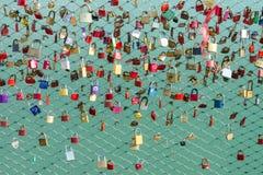Замки на символе моста преданности и вечной влюбленности Стоковая Фотография
