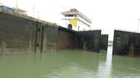 Замки Панамского Канала раскрывают, путешествуют, фиксируют отверстие сток-видео