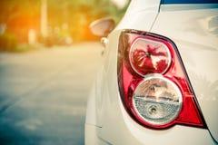 Замкните свет для автомобиля припаркованного на стороне дороги с золотым li Стоковое Изображение RF