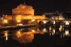 Замок Анджела Святого и мост ангелов к ноча Стоковое Изображение