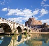 Замок Анджела с мостом на реке Тибра в Риме, Италии Стоковое Изображение