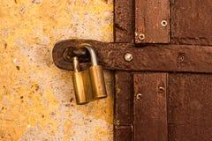 Замок безопасностью золота на двери стоковое фото rf