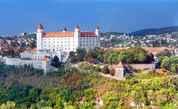 Замок Братислава в новой белой краске Стоковые Фотографии RF