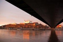 Замок Братиславы над Дунаем стоковая фотография