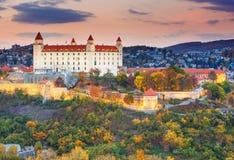 Замок Братиславы над Дунаем на заходе солнца, Братиславой, Словакией Стоковые Изображения RF