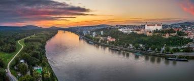 Замок Братиславы на заходе солнца Стоковые Изображения RF