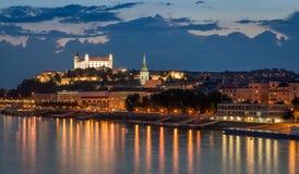 Замок Братиславы на ноче с светлым отражением на ri dunaj Стоковые Изображения RF