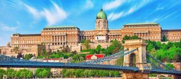 Замок Будапешта королевский и мост Szechenyi цепной на времени дня для Стоковая Фотография RF