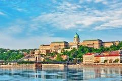 Замок Будапешта королевский и мост Szechenyi цепной на времени дня для Стоковое Изображение RF