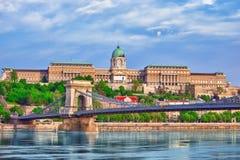 Замок Будапешта королевский и мост Szechenyi цепной на времени дня для Стоковое Фото