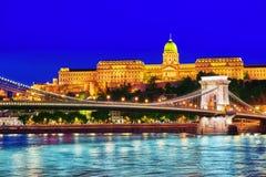 Замок Будапешта королевский и мост Szechenyi цепной на сумраке приурочивают fr Стоковые Изображения
