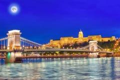 Замок Будапешта королевский и мост Szechenyi цепной на сумраке приурочивают fr Стоковое Изображение RF