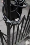 Замок велосипеда на загородке черного листового железа Стоковое Изображение RF