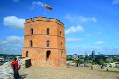 Замок Вильнюса Gediminas на холме около реки Neris Стоковое Изображение