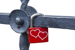 Замок влюбленности или padlock влюбленности при 2 прикрепленного сердца Стоковые Фотографии RF
