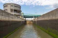 Замок воды заполняя воду на реке, взгляде от внутренности стоковое фото rf