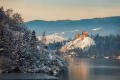 Замок во время морозного вечера, Польша Niedzica Стоковое фото RF