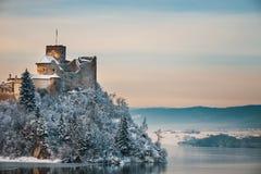 Замок во время морозного вечера, Польша Niedzica Стоковая Фотография RF