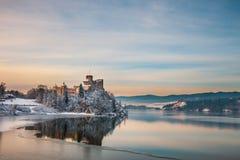 Замок во время морозного вечера, Польша Niedzica Стоковые Изображения